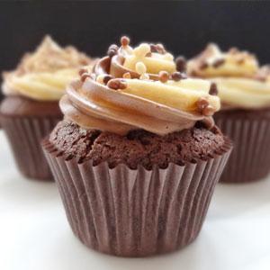 Cupcakes de chocolate cuádruple, chocolate negro, ganache, chocolate con leche, chocolate blanco, merengue suizo, crema de mantequilla, receta de cupcakes, hornear