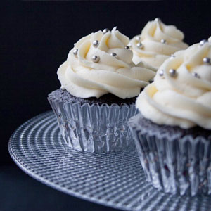 black and white cupcakes, dark chocolate cupcakes, devils food chocolate, Fiesta Friday, Lindt white chocolate, New Years cupcakes, tuxedo cupcakes, wedding cupcakes, white chocolate buttercream