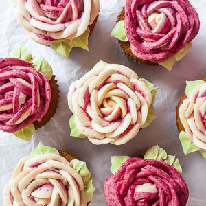 Magdalenas de chocolate blanco con vainilla Blackberry Buttercream Roses